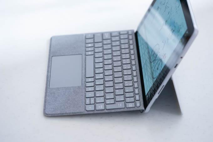 キーボードの手元と、ディプレイ下部がテーブルに直接触れるのです。