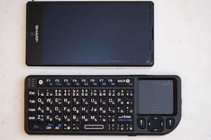 AQUOS mini(ほぼ、iPhone SEサイズ)と比べて、こんなに小さい。