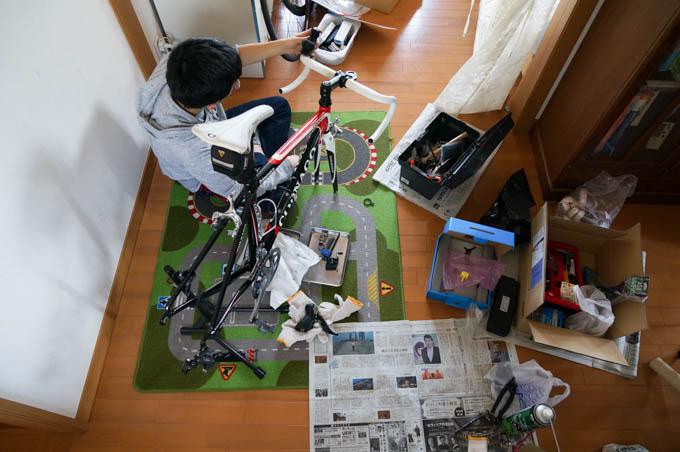 初のバイク作業で戸惑う次男坊。STI取り付け中。