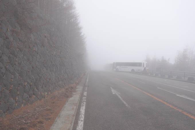 下りも濃霧かよ~。この先、もっともっと霧は深くなっていきます・・・。