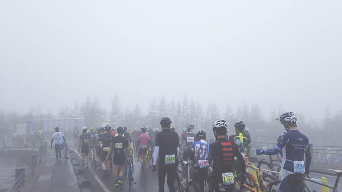 ゴール直後の様子。雨&霧で予想以上に寒い~