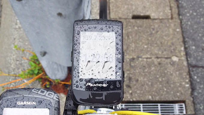 ずぶ濡れのSGX-CA600。防水はもちろん、ボタン操作なので画面を拭っても誤動作無し!