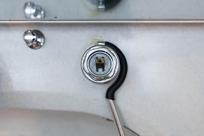 こうやって、混合栓本体を押さえます。