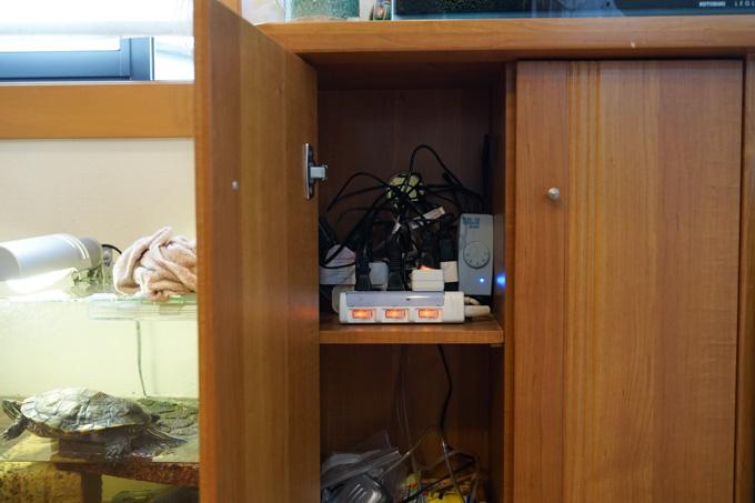 スマートプラグで整理しましたが、まだゴチャゴチャしています(^^;左に見えるのはカメタロウです。