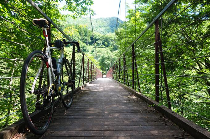 道志川にかかる吊り橋で一休み。