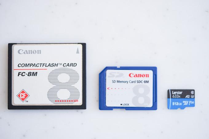 同じメモリ同士でもすごい進化。左から、8MBのコンパクトフラッシュ、8MBのSD、512GBのmicro SDXCです。
