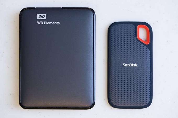 左がHDD、右がSSD。かなりコンパクトです。