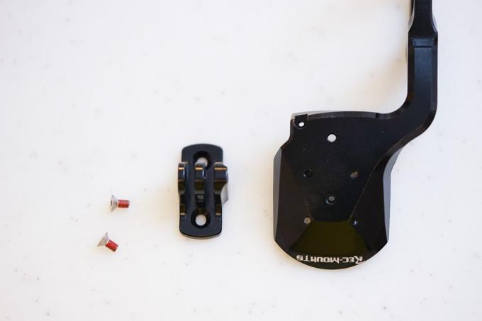 カメラやライトを取り付けられるアダプタ(着脱可能)が付いてきます。