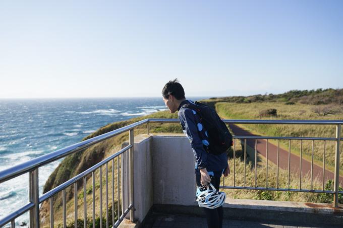 三浦半島先端、城ケ島の展望台。風が強くてまっすぐ立っていられない。
