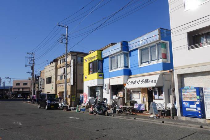 三崎港のマグロ屋さん。3軒並んでいますが、実はどれも同じ店だといううわさが・・・?