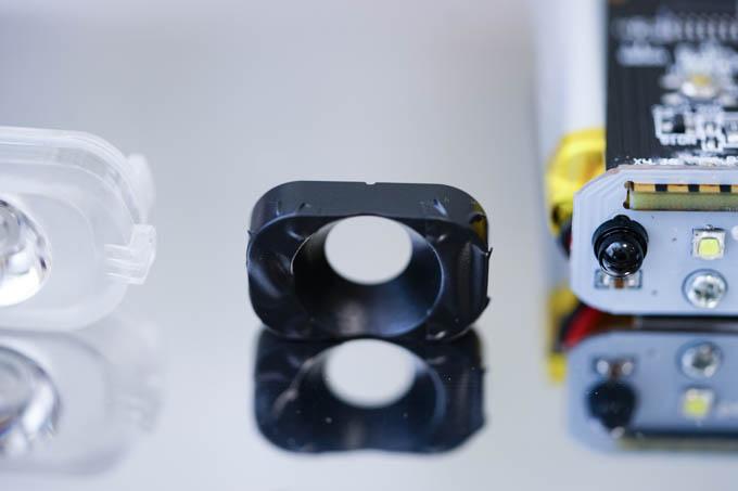 センサーに光を通す穴をテープで塞いで対策完了。
