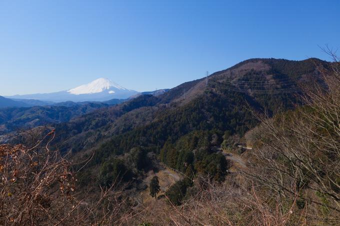 峠の途中からの眺め。富士山の手前に、さっき登ってきた九十九折が見える。