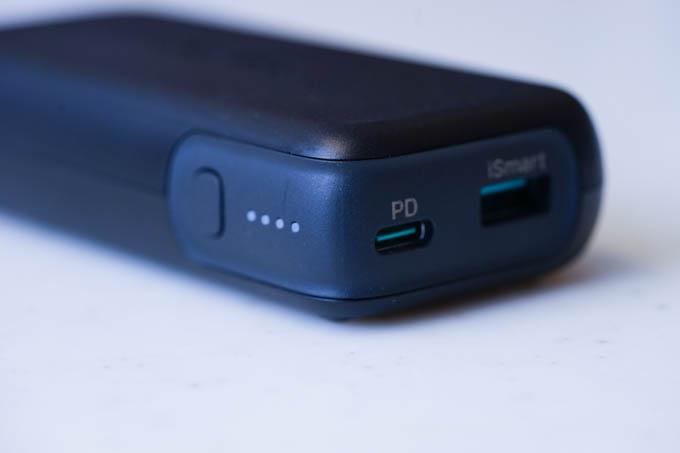 PD×1、USB A×1、残量メーター。普通の作りです。