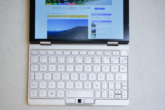 ピッチの大きいキーボードは打ちやすい。右上の平らな部分が指紋センサー。