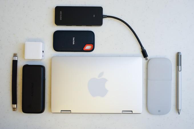 充電器、ポータブルSSD、USBハブ、マウス、ペン。結局、持ち物増えてますが・・・(笑)