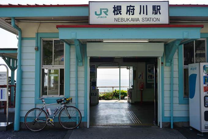 JR根府川駅。改札のすぐ向こうは海です。