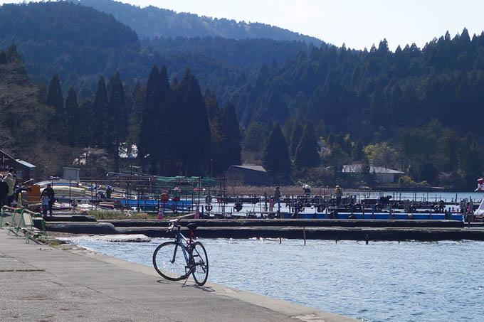 芦ノ湖。すごい場所に自転車が停まっていました。ちなみに、写真は左から右に吹いています・・・(!)