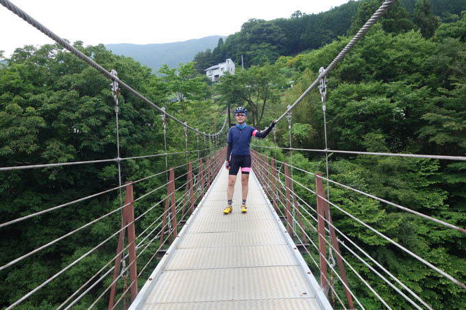 ずっと「道志川」の渓谷沿いに続き、こんな名所もあります(高所恐怖症なので手が離せない・・・)