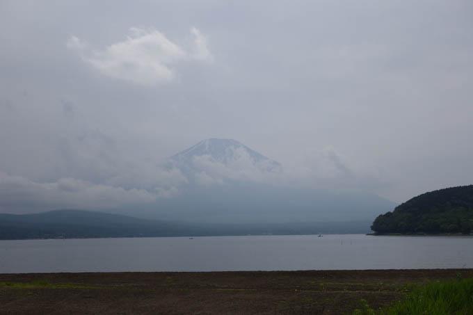 わずかに富士山が見えた山中湖半。滞在時間5分でサヨウナラ・・・。