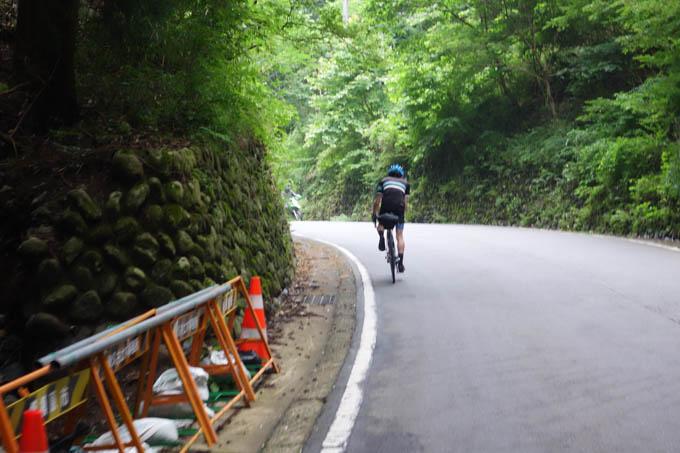 宮ケ瀬湖手前のラスト1kmの上り坂でアタックをかける次男坊。誰も追っていかないって・・・。