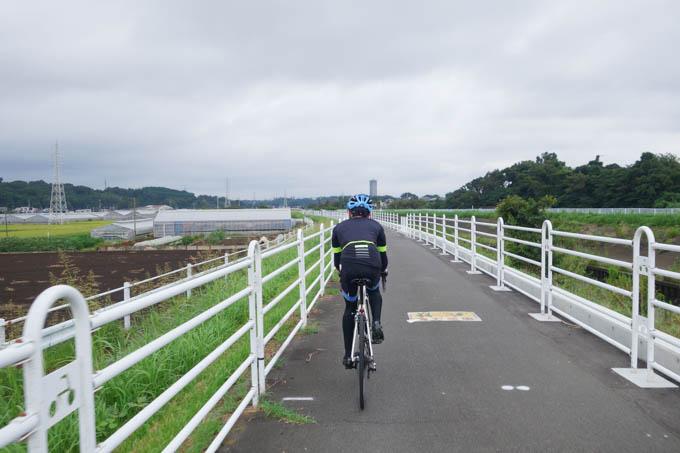 境川サイクリングロードを快走する次男坊(20km/hしか出てないけど)