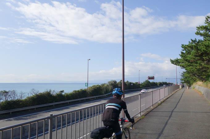 うるさい(真横が高速道路)だけど、快適な太平洋自転車道。短いのが難点・・・。