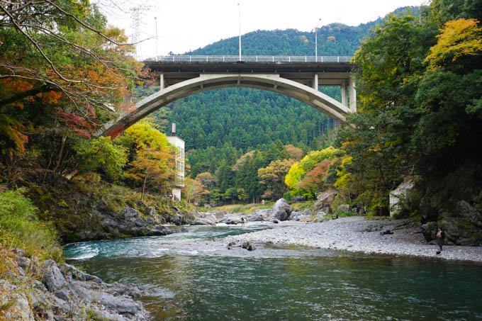 上の橋から降りてきて、川辺をずっと歩けます。