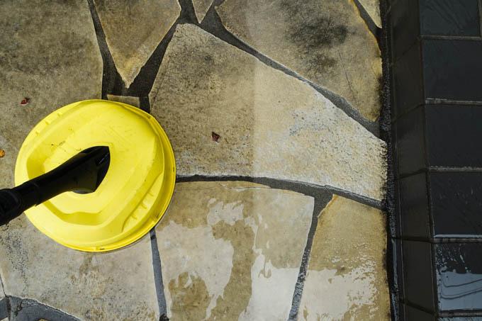 高圧洗浄で玄関清掃。これは楽だし、面白い(^^)