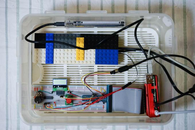 試作段階の様子。AC100V回路は怖いので、レゴブロックで作った箱に格納しています(^^;