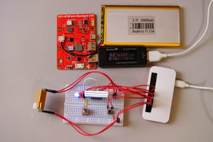 まずはバッテリ駆動できるようにしましょう。左上の赤い基板がUPS。
