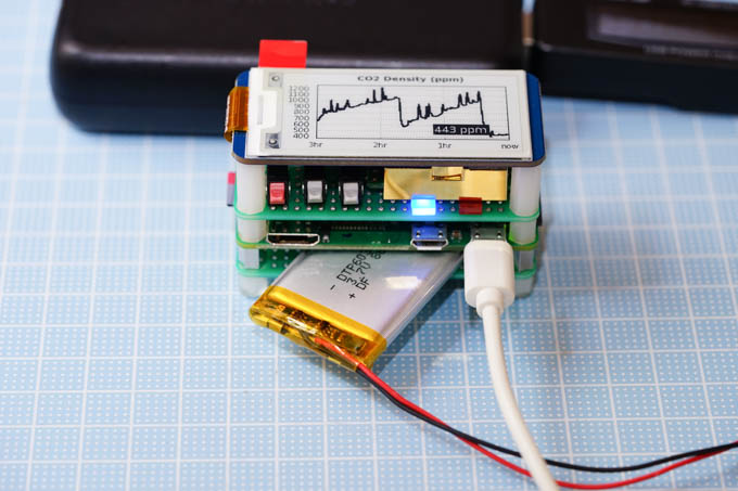 銀色のがLiPo電池(800mAh)。一応、安全回路付き。