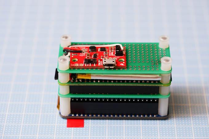 赤い基板が充電・給電回路。絶縁処理せねば。
