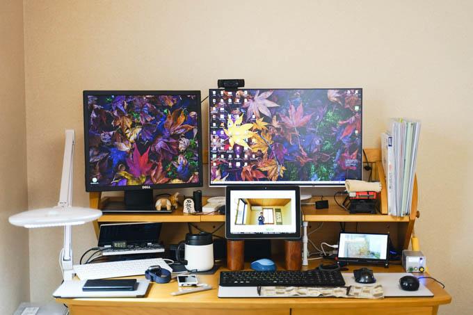 仕事場(寝室なんですが・・・)の様子。右下の小さなディスプレイに、かめたろうが!