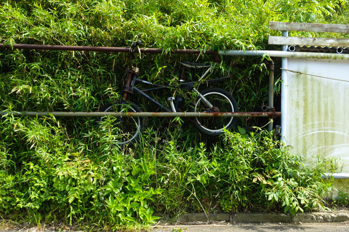 格好よくエアロを決めるバイク。なぜここで?