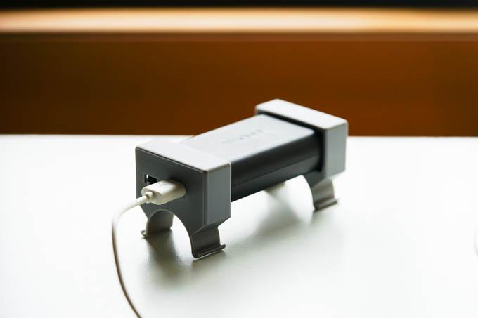 まともなメーカーなら、まず作らないであろう物品(笑) モバイルバッテリーが車載できます。