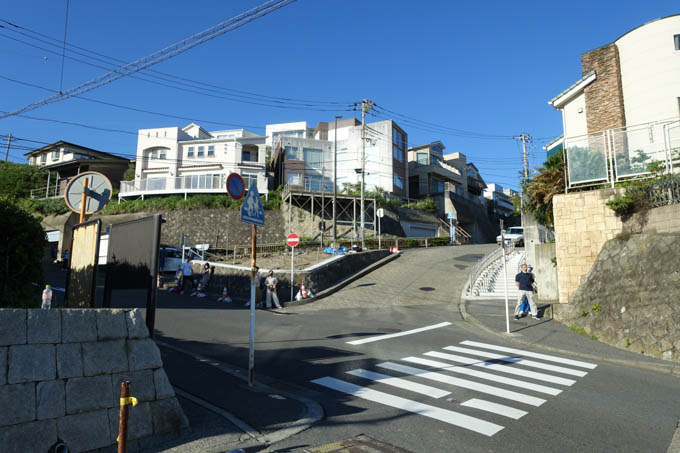 江ノ電鎌倉高校前駅付近から、坂を上り始めます。