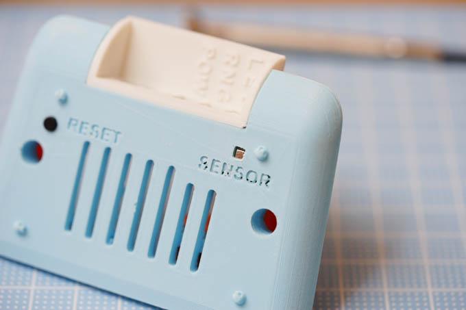 底面部。吸気口やリセットボタン、環境センサ―などがあります。