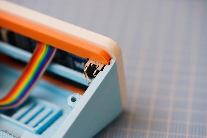 画面・ボディの勘合部に、切り替えスイッチも埋め込む。