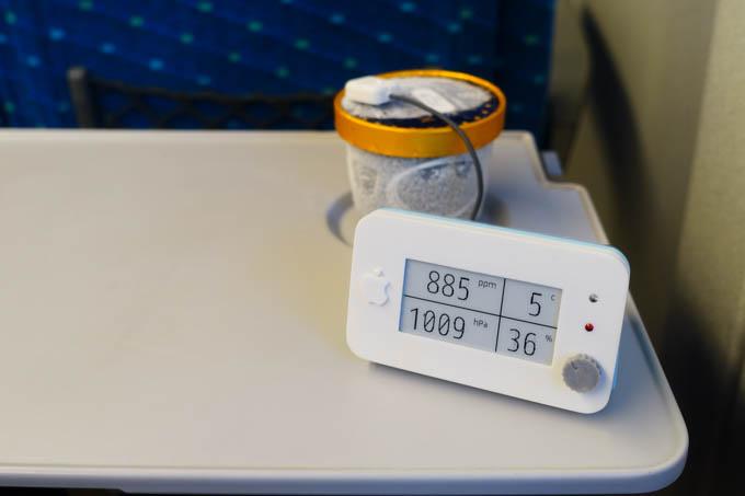 新幹線名物、玄武岩のように固いアイスの温度を測定中。