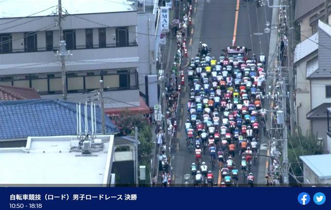 おぉぉ、日本のこんな狭い道を走ってる!