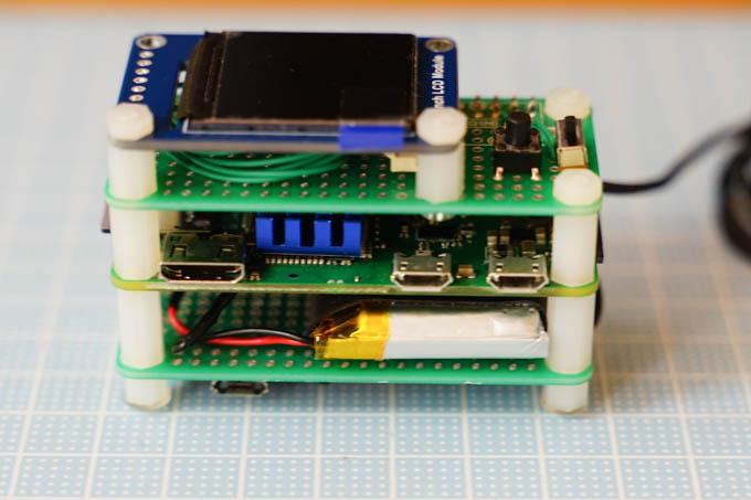上から順に、小型液晶、マイコン、LiPo電池。だいぶコンパクトになりました。